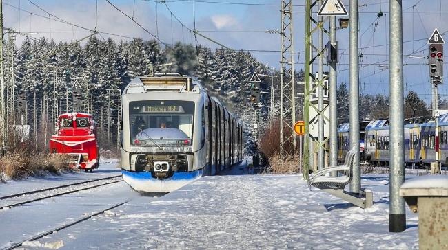 Súlyos közlekedési fennakadásokat és baleseteket okozott a havazás a hét  végén Bajorország déli részén c76088a8c3